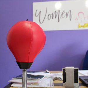 Women work – due donne con le tette, non con le palle.
